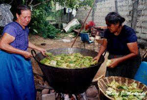 Cocinando al vapor los tamales.