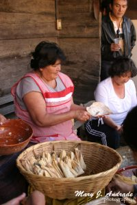 Preparando tamales.