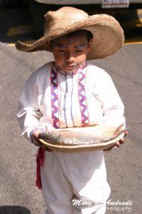 Pequeño participantes en el desfile de Tzintzuntzan, Michoacán.